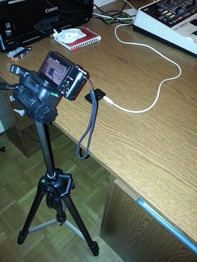 appareil photo filmant le lecteur mp3 posé sur un bureau
