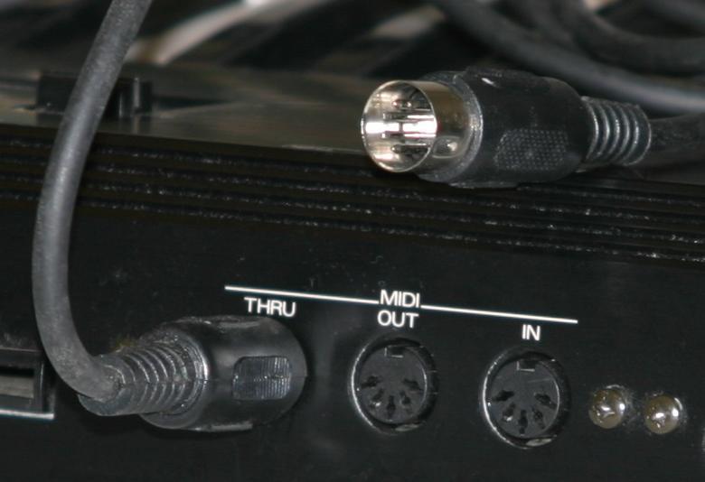 Un appareil MIDI avec ses prises IN, OUT et THRU